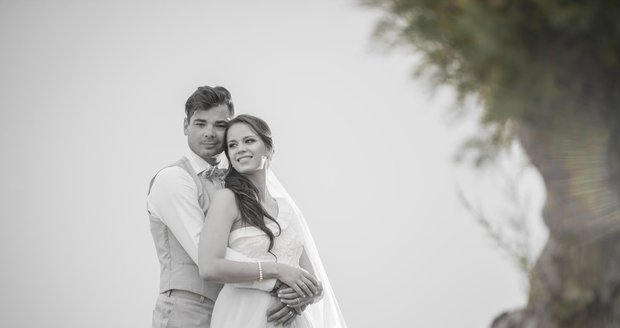 Hokejový brankář Michal Neuvirth se oženil se zpěvačkou, držitelkou ceny Thálie a sestrou tvrďáka Radka Gudase Karolinou.