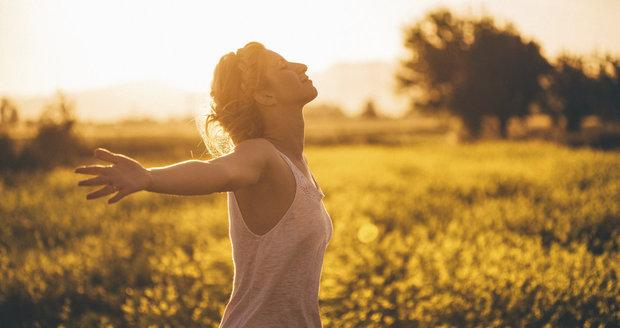 Slunce napomáhá k tvorbě vitamínu D.