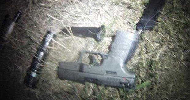 Dopadený zločinec měl u sebe i plynovou pistoli.