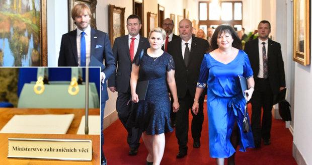 "Zeman jmenoval ""svou"" vládu, Pocheho nahradila taška a Babiš ryl do Sobotky"