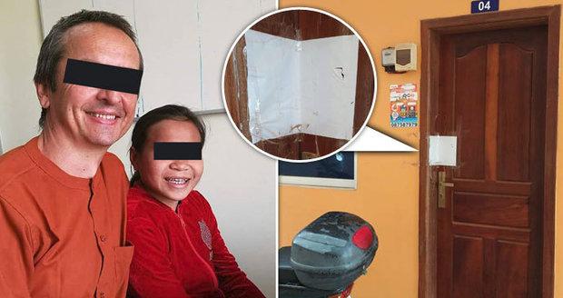 Trápení Čecha vězněného v Kambodži: Úřady mu nechtějí dát doklady, se »zneužívanou« dívkou nesmí být sám