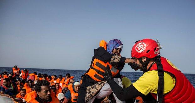 Itálie odmítla přijmout další loď s migranty. Ministr: Na zakotvení můžou zapomenout!