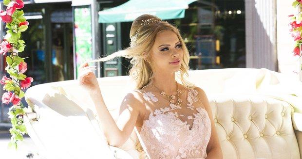 Barbie po kolonádě jezdí v kočáře