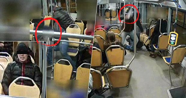 Napadl jiného muže, srazil ho k zemi a o hlavu mu rozbil lahev. Běsnění agresora zachytily kamery v ostravské tramvaji. Hrozí mu až 12 let vězení.