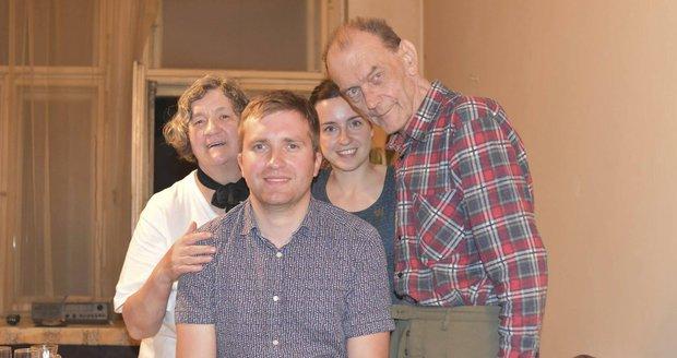 Důchodce musel byt na Vinohradech opustit po 69 letech (na snímku se sousedy a kamarádkou).