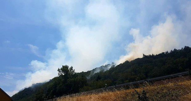Požár na Litoměřicku zastavil vlaky, 150 hasičů s ním bojuje na zemi i ze vzduchu