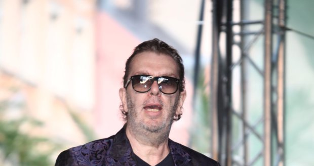 Sešlý, pohublý a unavený zpěvák Richard Müller na koncertě v Karlových Varech.