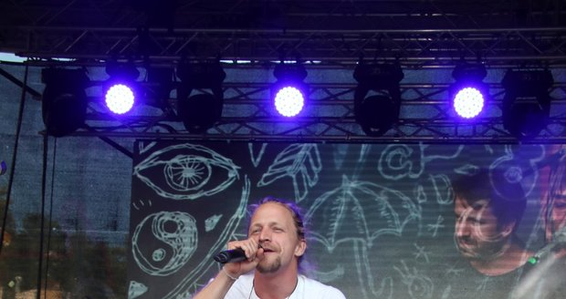 Tomáš Klus zazpíval na koncertě v Karlových Varech na festivalu.