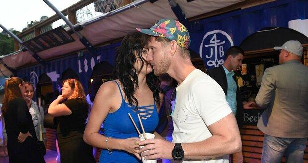 Jaromír Nosek s přítelkyní Zuzanou na Becher party v Karlových Varech