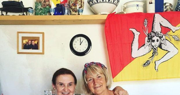Eva Holubová na dovolené s kamarádkou