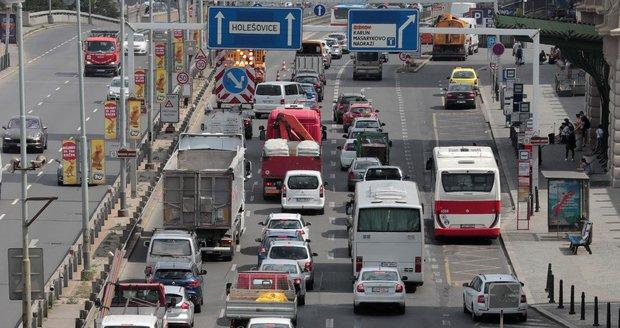 Uzavírky způsobily kolaps dopravy v centru Prahy.
