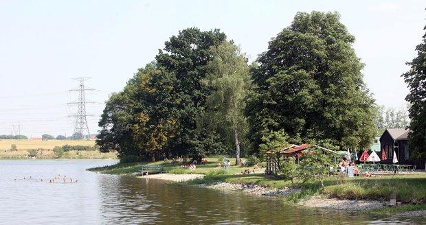 K Šeberáku a přehradě v Hostivaři se vzhledem k výskytu sinic přidal ještě motolský rybník.