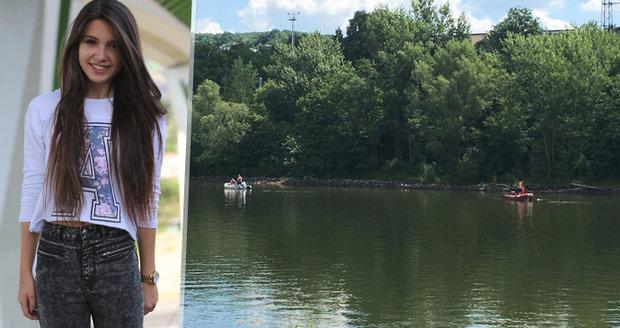 Majka (17) si šla zaplavat, z řeky už nevylezla. Kamarádka po ní zoufale pláče