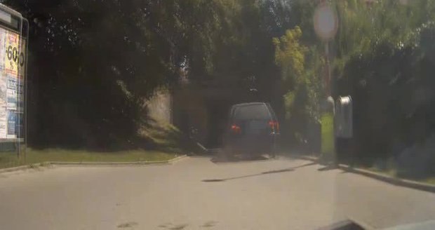 Drama v Uherském Hradišti: Ujíždějící řidič vjel do podchodu a smetl chodce
