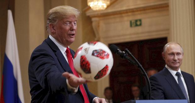 Summit zlepší vztahy, věří Trump a Putin. Americkému protějšku dal míč