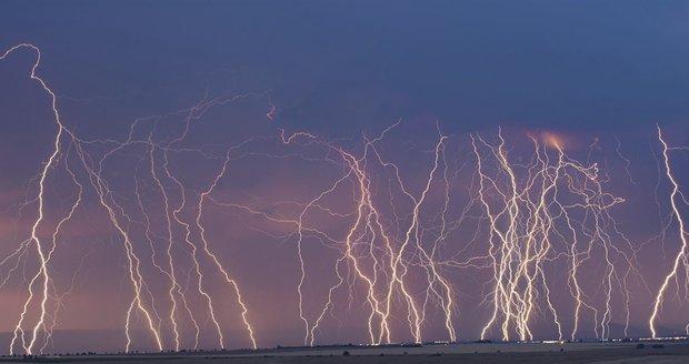Také během středy rozdělí tlaková níže, se středem nad Běloruskem, počasí v Česku – zatímco v jihozápadní části území bude polojasno až oblačno, pouze ojediněle s lokálními přeháňkami, v severovýchodní části území bude zataženo s deštěm.