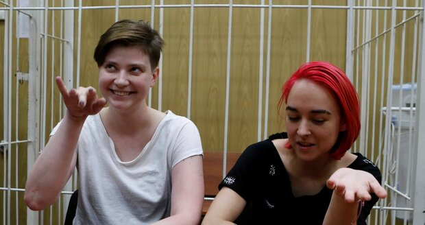 Tři členky ruské skupiny Pussy Riot míří do vězení. Trest mají za narušení fotbalového mistrovství světa