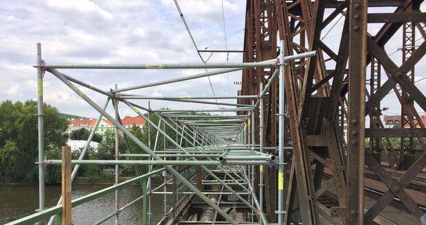Probíhající rekonstrukce lávky železničního mostu mezi Výtoní a Smíchovem v Praze