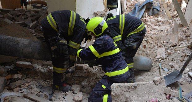 Sutiny ze stropu, který se zřítil 17. července v Mikulandské ulici, zavalily několik dělníků.