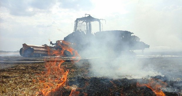 Ve Kbelích vzplanul kombajn a pole. Kvůli suchu se požár nebezpečně šířil