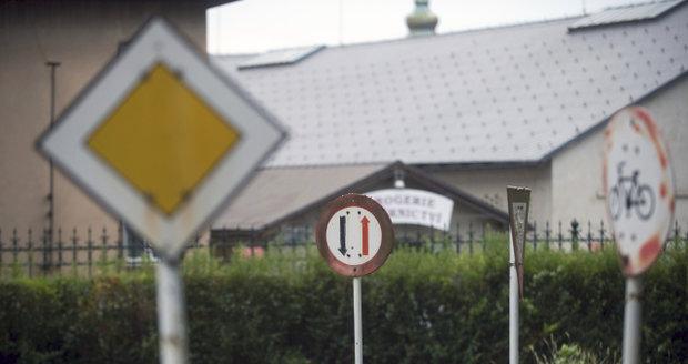 Kdosi se v Újezdu nad Lesy baví tím, že ničí a devastuje dopravní značky. (Ilustrační foto)