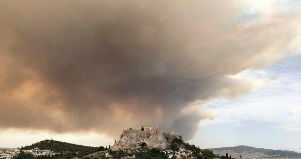 Kolem Atén zuří požáry: Zničené domy, stovky evakuovaných a dým nad památnou Akropolí