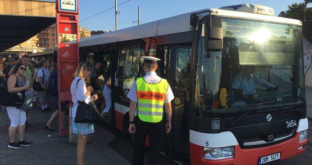Budou v Praze všechny autobusové zastávky na znamení? Podle náměstka primátora Adama Scheinherra by se tak mohlo stát již v průběhu letošního léta. (ilustrační foto)