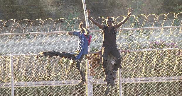 Migranti vzali útokem plot u španělské enklávy, jeden zemřel. Vrátí ostatní zpět?