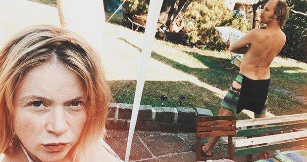 Marie Doležalová s Markem Zelinkou na chalupě