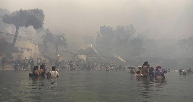 Migranti zachránili před plameny desítky lidí. Vděčné Řecko jim udělilo občanství