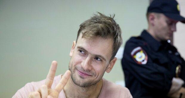 Narušil fotbalový šampionát, teď je člen Pussy Riot v nemocnici. Otrávili ho?