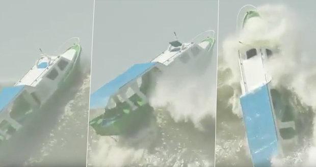 Loď v surfařském ráji smetla obří vlna: Turisté mohli zkáze jen přihlížet