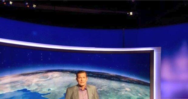 Martin Pouva ve středečních Televizních novinách moderoval v kraťasech.