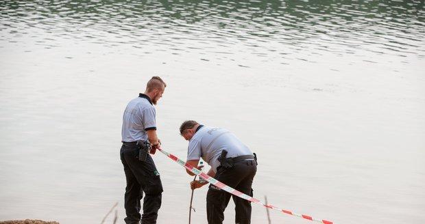 Bratranci (oba †7) se utopili na jezeře Lhota, na tryznu přišly desítky lidí