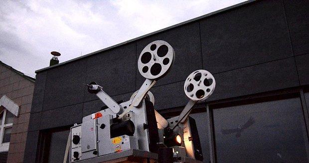 Netradiční letní kino? Živá kapela doprovází němé filmy.