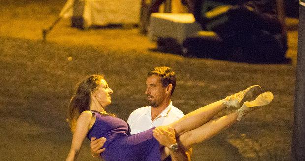 Dvojice byla ve víru tance i dlouho poté, co hudba dohrála. Zkoušeli zvedačku, a co čert nechtěl, dívka skončila Šebrlemu v náruči s nohama kolem jeho těla.