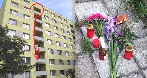 Manželé vyskočili z balkonu v 7.patře panelového domu. Na místě tragédie se objevily svíčky a květiny.