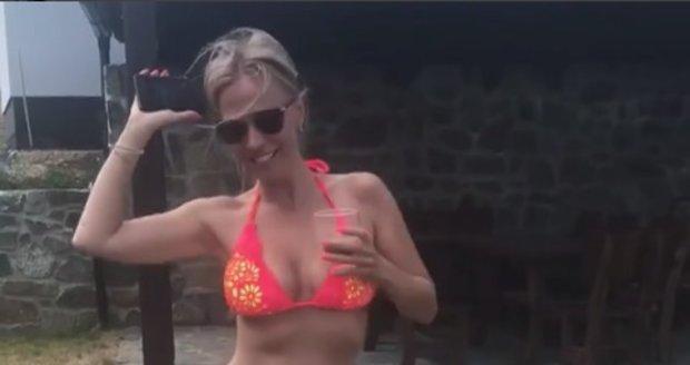 Michaela Ochotská se roztančila v bikinách v dětském bazénku.