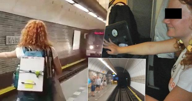 Řidič metra nechal řídit závodnice LowCost Race, teď z toho bude mít problémy v práci.