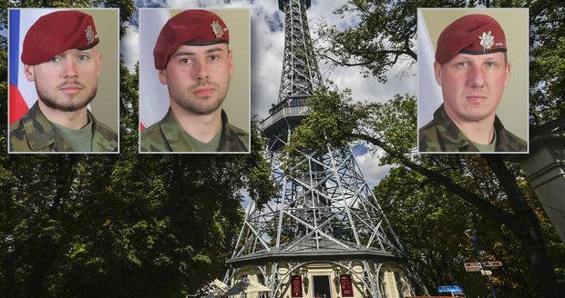 Petřínská rozhledna v barvách trikolory, vlajky na půl žerdi: Praha uctí památku padlých vojáků