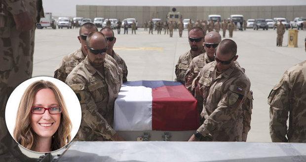 Odchod z misí i z NATO? Okamura i KSČM se přiživují na smrti vojáků, míní expertka