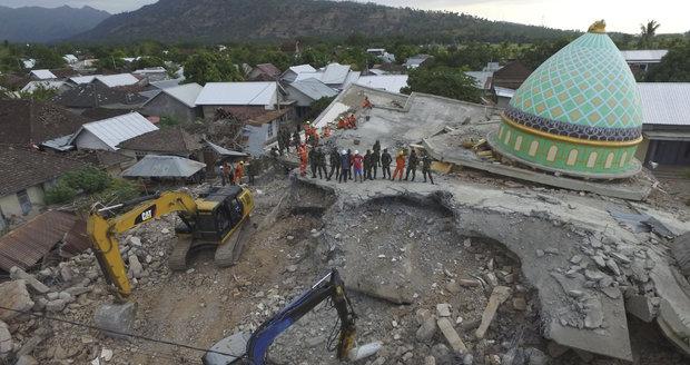 Ničivé zemětřesení si vyžádalo už 436 obětí. Odříznuté Indonésany zásobují helikoptéry