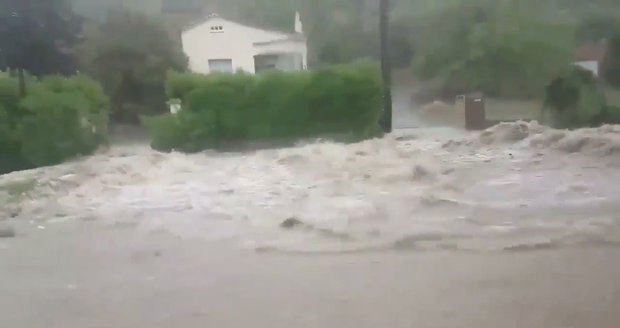 Francii zasáhly přívalové deště: 1600 lidí z pěti kempů evakuovaly helikoptéry