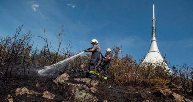 Hasiči dostali pod kontrolu požár na Ještědu. Pomohlo letadlo i vrtulník