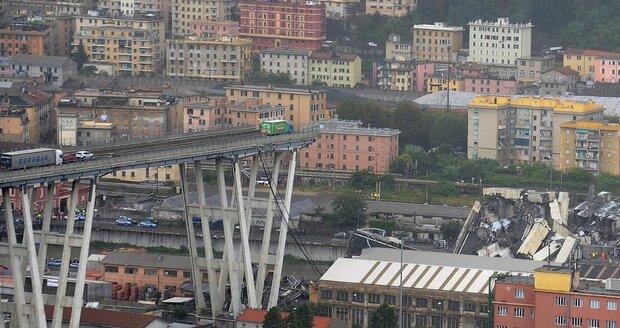 Zřícený most se naklání, hrozí další pád. Úřady evakuovaly přes 300 rodin