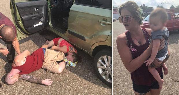 Holčičku vytáhli z rozpáleného auta: Rodiče leželi fialoví opodál