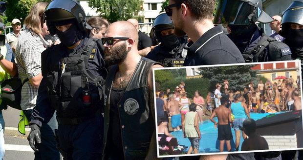 """Po krvavé rvačce u brouzdaliště protest a 6 zatčených extremistů. Hřměl i """"nácek"""" Kotleba"""
