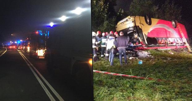 Autobus s turisty sletěl ze svahu: Zemřeli tři lidé. Dalších 18 je zraněných