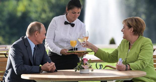 Putin vs. Merkelová: Uprchlíci na stole, ostře střežený zámek a 3 hodiny jednání