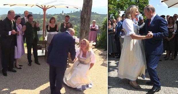 Před Putinem šla na své svatbě ministryně do kolen. Ponížila se, ať skončí, šijí do ní